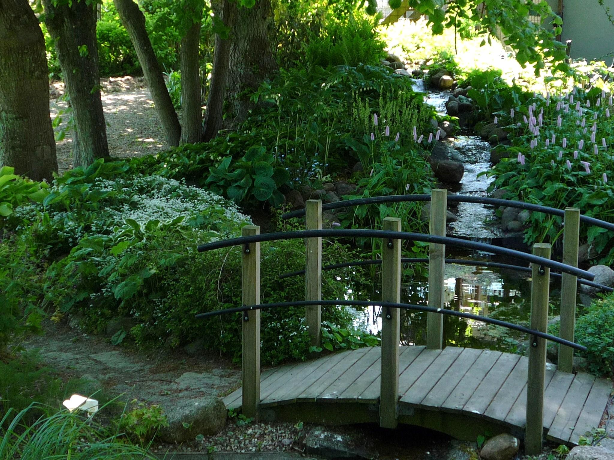 SpÑnnande bro îver vattnet